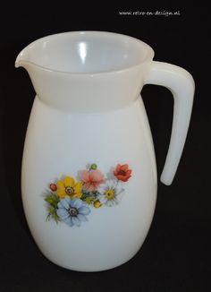 """Schenkkan Arcopal, Anemones  Schenkkan van wit melkglas met bloemendecor. Vintage uit de jaren '70 van het Arcopal servies  """"Veldboeket"""". De kan verkeert in een goede staat.  Hoogte: 18 Diameter: 10 cm zie: http://www.retro-en-design.nl/a-41242919/arcopal-france-anemones/schenkkan-arcopal-anemones/"""