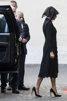 Melania Trump va in visita dal Papa con un look così tradizionale da sembrare esageratamente italiano