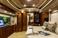 Napele Koa from our Premium Wood Print collection takes the interior of this state-of-the-art Coach Bus to a whole new level. The design was created by Newell Coach. Truck House, Mobile Command Center, Luxury Motorhomes, Camping Car, Real Wood, Wood Print, Travel Style, Recreational Vehicles, Rv