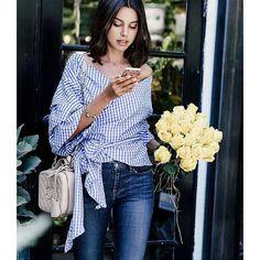 Camisetas, camisas ou blusas com laços e decotes ombro a ombro são uma aposta certeira para a próxima estação, inspire-se! #laceup #vichyprint #plaid #xadrez #offtheshoulder #ombroaombro #ciganinha