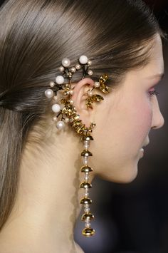 Georges Hobeika Spring 2017 Couture | Details Ear Jewelry, Jewelry Art, Jewelery, Jewelry Design, Couture Accessories, Jewelry Accessories, Fashion Accessories, Fashion Jewelry, Georges Hobeika