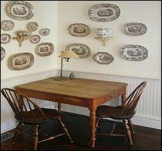 dining corner - great table and chairs and transferware Hanging Plates, Plates On Wall, Plate Wall, Dining Corner, Small Room Decor, Kitchen Nook, Plate Design, Small Tables, Table And Chairs