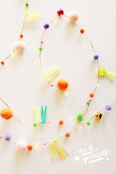 DIY POMPOM LICHTERKETTE AUS FAIRY LIGHTS // Diese süße Lichterkette könnt ihr mit meiner DIY-Anleitung aus Fairy Lights, Pompoms und Perlen ganz einfach selber machen! Übrigens auch eine tolle Geschenkidee, z.B. als selbstgemachtes Last-Minute-Geschenk zum Geburtstag oder als individuelles Weihnachtsgeschenk. www.blog.eaudecollage.de