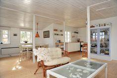 Flot lyst gulv, åbent køkken, småsprossede vinduer, køkken og stue i et, hvide trævægge - landlig stil