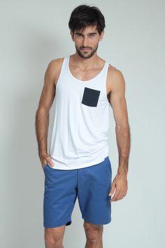 Moda Para Homens: Regata branca com bolso Azul marinho.
