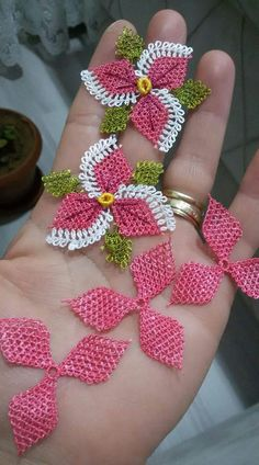 53 crochet flower patterns and what to do with them easy 2019 page 2 of 58 – Beautiful Leaves to Crochet - SalvabraniI think that a model that is contrary to ordinary knitting flower motifs will do a lot of work. I think that this crochet Crochet Flower Tutorial, Crochet Flower Patterns, Doily Patterns, Crochet Motif, Crochet Flowers, Japanese Embroidery, Ribbon Embroidery, Embroidery Patterns, Needle Tatting