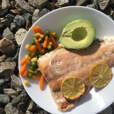 So simply - salmon with lemon, vegetables and avocado / Jednoduše a rychle - losos na citrónu, zelenina a avokádo Salmon, Seafood, Fish, Vegetables, Ethnic Recipes, Instagram, Sea Food, Pisces, Vegetable Recipes