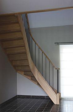 Landelijke houten trap met strakke smeedijzeren spijlen