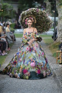 Dolce & Gabbana Alta Moda et Alta Sartoria Haute couture Fall/Winter Femme Fashion Show Dolce & Gabbana, Style Couture, Haute Couture Fashion, Haute Couture Gowns, Floral Ballgown, Couture Dresses, Fashion Dresses, Collection Couture, Fantasy Dress