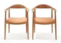 Hans Wegners The Chair. The Chair tillverkas sedan 1993 av danska PP Möbler. Stolen finns i två varianter, 501 med sits av flätad rotting, och 503 som har en skinnklädd stoppad sits. En 503 kostar ny 24 500 kr och en 501 kostar 27 950 kr hos Tornbo. Stockholms Auktionsverk sålde häromåret två 503 klädda i ljust skinn för 17 000 kr. På samma auktion gick fyra 503 för 30 000 kr. Stockholms Auktionsverk har också sålt två 501 med flätad rottingsits för 14 000 kr.