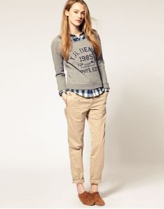 Consider wearing a grey print crew-neck sweater and beige chinos for head-to-toe comfort dressing. For something more on the classy end to finish off your outfit, complement your look with tobacco suede oxford shoes. Tomboy Outfits, Tomboy Fashion, Look Fashion, Casual Outfits, Cute Outfits, Fashion Outfits, Tomboy Clothes, Fashion Ideas, Ladies Fashion