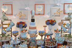 Achei um charme a festa dos brinquedos dePriscilla Pandolfo (clique)!! Usando o laranja e o azul (cores que adoooro juntas) ela conseguiu colocar ursinhos, trenzinhos, os balões (super em alta!), aviões, carrinhos e todo o universo divertido das brincadeiras dos meninos! Nem pipa faltou nos detalhes!! O mais legal é que usando os brinquedos de …