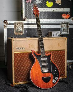 Brian May's (of Queen) Home Made Guitar and Vox Amp. Guitar Rig, Music Guitar, Cool Guitar, Playing Guitar, Acoustic Guitar, Guitar Picks, Banjo, Brian May Red Special, Rock N Roll