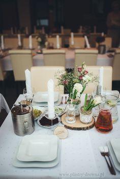 Plaster drewna brzozowego jako podstawka na weselnym stole oraz grawerowana winietka. Całość dekoracji zachowana w rustykalnym stylu.