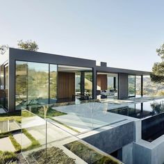 Oak Pass House sits on an impressive 3.5-acre hilly site in Beverly Hills #California. Its architects Walker Workshop set out to create a home that blended naturally into the hilly terrain and the 130 oak trees that grow on the site