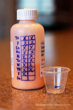 Nutze die Flasche, um Dir zu merken, ob Deine Kinder die Medizin schon bekommen haben.