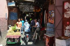 """""""Met mede-contributor Marion en echtgenote stapt Cor naar goed Nederlands gebruik op de fiets in Marrakech voor een een fietstocht. Gids Adlil toont de stad en de wijk Hilvernage waar ooit voor het eerst buitenlanders kwamen wonen."""""""