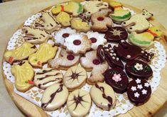 Linecké koláčiky                                                                          Jedna dávka 250gpr.cukru 500g palmarín 750g hl. múka 2 vanilkové cukre 2-3 žltka trochu sitronovej esencie zamiesit nechat v chlade postát a vykrajovat piect vo vyhriatej rúre cca 7 min