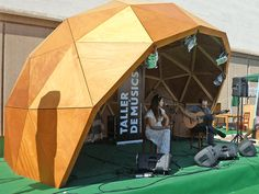 domo concierto Log Cabin Sheds, Tiger Beer, Rammed Earth Homes, Dome Structure, Geodesic Dome Homes, Metal Facade, Dome Tent, Dome House, Club Design