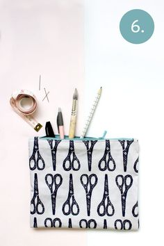 Zelf een etui maken? Met je eigen geprinte ontwerp? Super leuk! Vandaag laten wij zien hoe jij zelf een eigen stoffen etui kunt maken, makkelijk en snel. Diys, Easy Diy, Sewing, Baskets, Pencil, Studio, Dressmaking, Bricolage, Couture