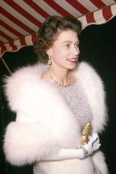Windsor, Elizabeth Philip, Queen Elizabeth Ii, Princess Margaret, Princess Diana, Royal Family Portrait, Burberry, Norman Hartnell, Prinz Philip
