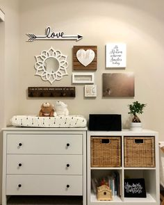 Gender neutral nursery for our baby girl #nursery #interiordesign #homedecor #collagewall #genderneutralnursery