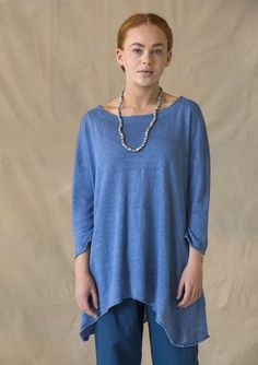 Extra wide knit tunic in organic linen with a fabulous drape. The style is somewhat longer at the sides, with a generous neckline and three-quarter length sleeves. A garment you will really love to wear!