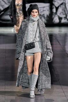 Dolce & Gabbana Fall 2020 Ready-to-Wear Fashion Show - Vogue Knitwear Fashion, Knit Fashion, Look Fashion, High Fashion, Womens Fashion, Fashion Details, Dolce & Gabbana, Daily Fashion, Fashion 2020