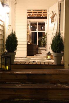 inngangsparti med glassveranda i bakgrunnen Garage Doors, Real Estate, Outdoor Decor, Home Decor, Patio, Velvet, Decoration Home, Room Decor, Real Estates