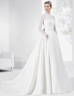 Vestidos de novia con falda en satén y mangas en gasa natural.