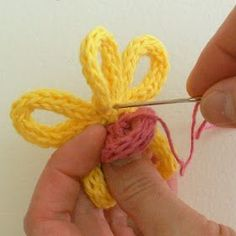 Spool knit - Flower tutorial with i-cord center Spool Knitting, Knitting Blogs, Baby Hats Knitting, Knitting Stitches, Knitted Hats, Knitting Ideas, Knit Or Crochet, Easy Crochet, Knitted Flowers