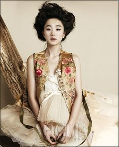 Vogue Korea Soo Ae transforms into a lovely South Korean princess for her photo shoot for Vogue Korea. The actress portrays a delicate, lonely image throughout the photo shoot, wearing modern, traditional Korean dresses. Korean Traditional Clothes, Traditional Fashion, Traditional Dresses, Modern Traditional, Vogue Korea, Korea Fashion, Asian Fashion, Fashion Art, High Fashion
