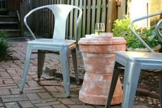 DIY Outdoor Table Using Planters Make this simple outdoor garden stool style accent table with terra cotta planters — stack in different ways for different looks! Outdoor Side Table, Patio Table, Diy Patio, Garden Table, Side Tables, Planter Table, Planter Ideas, Diy Table, Terra Cotta