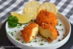 Croquettes au fromage et tuiles de parmesan Fondue Parmesan, Tempura, Beignets, Cornbread, Muffin, Dairy, Appetizers, Cooking Recipes, Eggs