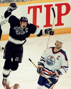 Wayne Gretzky with the Los Angeles Kings and his old teammate Mark Messier with the Edmonton Oilers.