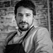 Javi Estévez Ha creado y consolidado su espacio propio en la capital con una especialidad cien por cien madrileña, la casquería. La suya es una taberna contemporánea, de aire neo industrial, con presentaciones originales y divertidas y platos que preservan el sabor y la personalidad de su cocina visceral actualizándola. #amf17