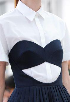 Rien de tel qu'une chemisette blanche pour dompter une robe bustier un brin impudique ! (défilé Delpozo P/E 2015)