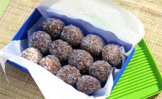 Chocolate Protein Balls 1 cup chocolate protein powder 1 cup peanut butter cup honey cup oatbran 1 cup dessicated or flaked coconut Coconut Recipes, Dairy Free Recipes, Healthy Sweet Treats, Healthy Snacks, Chocolate Protein Balls, Snack Recipes, Cooking Recipes, Peanut Butter Protein, Dessert Spoons