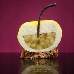 Еще одно изделие из Рождественской витрины КИСА - Пирожное Яблоко. Чтобы форма максимально напоминала яблоко для сборки я взяла полусферу для низа и форму приплюснутой полусферы для верха. Яблочный хвостик отлично сбалансировал композицию. Внутри яблочный мусс и яблочный бронуаз с ванилью. Покрытие напаж с яблочным соком. #kica #базовыйкондитерскийкурс #photobyNataliyaKhoroshaeva