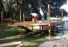 Building the Pool Deck Building Design Plan, Building A Pool, Cool Deck, Diy Deck, Wood Pool Deck, Free Pool, Laying Decking, Deck Steps, Pool Installation