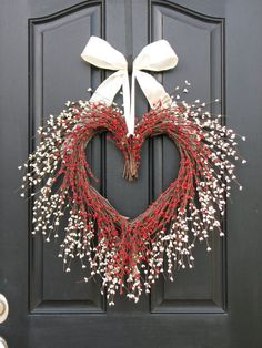 Valentine's Day Heart Wreath. Valentines Days Ideas #Valentines, #pinsland, https://apps.facebook.com/yangutu