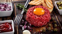 Kvalitní maso z některých druhů zvířat nepotřebuje tepelnou úpravu, a přesto si na něm pochutnáte! Nakonec i dobrý steak je lepší krvavý, stejně tak je škoda propéct tuňáka. Naopak třeba drůbeží maso je potřeba vždy dobře tepelně upravit.