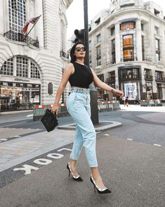 """𝐃 𝐎 𝐍 𝐘 𝐀's Instagram post: """"London Town 🇬🇧 . . . . #photography #streetstylephotography #streetstyle #londonstreetstyle #paparazzi #londonpaparazzi #parisstreetstyle…"""" Papa Razzi, City Girl, Mom Jeans, Street Style, London, Instagram Posts, Photography, Fashion, Moda"""