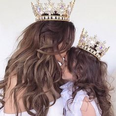 The Princess and Queen ☆ Super cute mommy and daughter photography inspiration #Motherhood