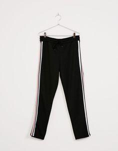 Pantalón felpa bandas laterales. Descubre ésta y muchas otras prendas en Bershka con nuevos productos cada semana