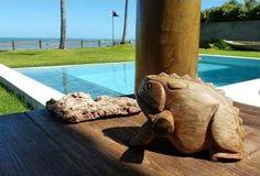 Piscina revestida com pedra Hijau Palimanan e borda infinita - Projeto Maison das Meninas #maisondasmeninas #arquitetura #homedesign #casasdefrenteparaomar #pool