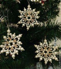 Купить или заказать Снежинки из бисера 'Красивая Зима' (набор из 6 штук) в интернет-магазине на Ярмарке Мастеров. Набор снежинок из чешского бисера и бусин. Снежинки сделаны из 'золотого' бисера и бусин 'искусственный жемчуг' белого и золотистого цветов. Послужат прекрасным украшением дома, новогодней ели или просто подарком. Размер снежинок маленькая от 5-5,5 см до 7-8 см в диаметре.