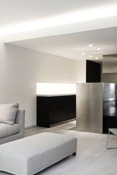"""Enrica Mosciaro del estudio barcelonés Fusina 6, respondió al deseo del cliente de vivir en """"un espacio capaz de transmitir tranquilidad y bienestar"""", entendiendo que, a veces, el lujo debe buscarse en lo esencial."""