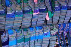 El azul predomina en las ropas de los Hmong Tao. Estos estaban a la venta en el mercado de Bac Ha (Vietnam)