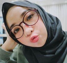 Modern Hijab Fashion, Olivia Holt, Hijab Chic, Girl Hijab, Beautiful Hijab, Cute Relationships, Pretty Girls, Eyeglasses, Womens Fashion